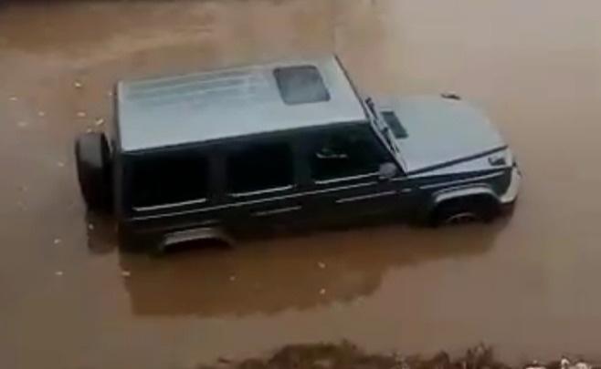 Дорожники закроют съезд с ЕКАД, где в огромной луже-ловушке тонули внедорожники