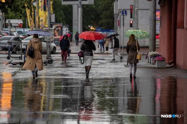 В конце июня сибиряки сменили летнюю одежду на куртки и сапоги