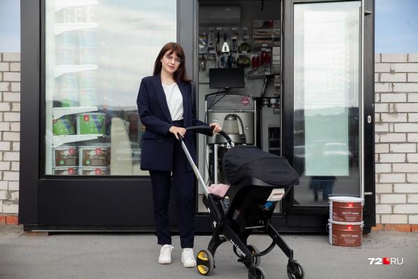 Асия Захарова совмещает заботу о детях и муже с удаленной работой в собственном магазине. Временами бывает очень сложно, но она никогда сдается