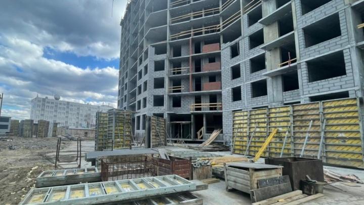 В Екатеринбурге на стройке тяжелый блок насмерть раздавил рабочего