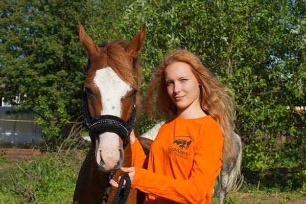 Координатор по конному направлению Елизавета (на фото она со своим конем Принцем) рассказала, что в случае необходимости волонтеры на лошадях пройдут обучение