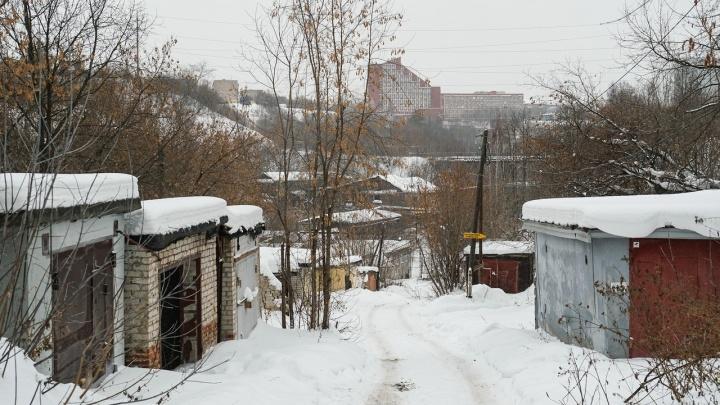 «Под гаражами 12 метров мусора»: владельцы боксов на Разгуляе считают строительство там оперного опасным
