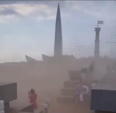 Не поверили бы, что это Петербург, если бы не один силуэт. На видео  песчаная буря в Северной столице