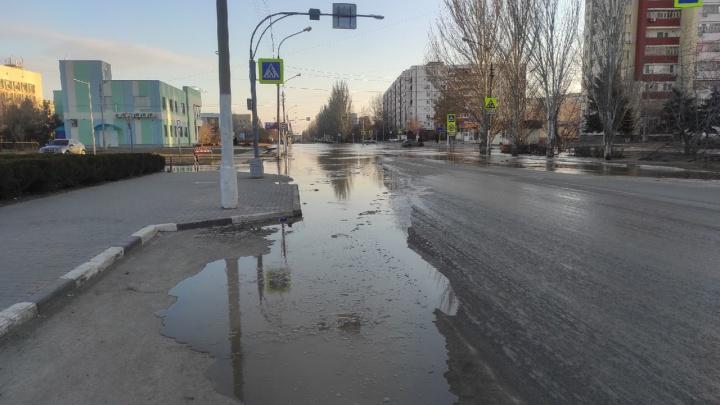 От греха подальше: в Волжском из-за коммунальной аварии вновь перекрыли улицу Оломоуцкую
