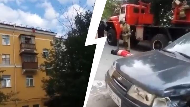 За его жизнь борются врачи: в Первоуральске мужчина сорвался с крыши дома