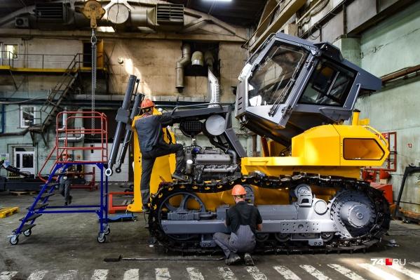 Рабочие завершают сборку очередного трактора D10 челябинского завода... но не того, которого вы подумали