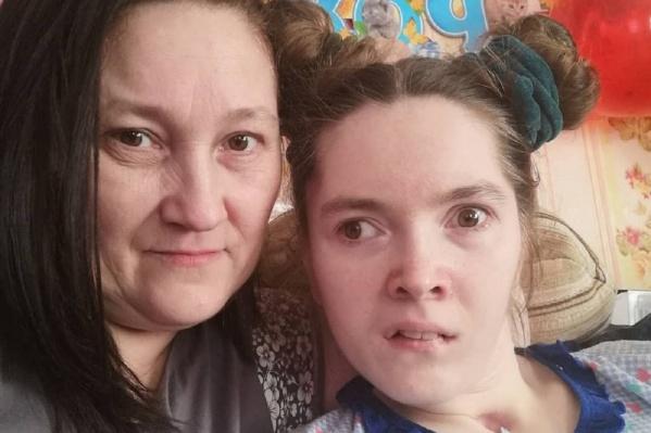 Вероника Фирсова и ее мама Валентина пытаются хотя бы частично вернуть девушке утраченное здоровье