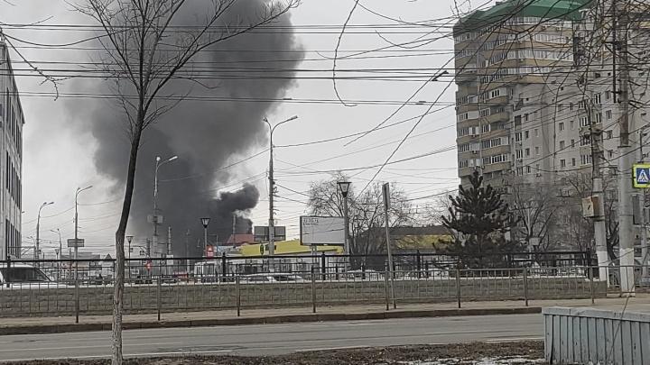 В Дзержинском районе из-за пожара на Качинском рынке перекрыта дорога на Семь Ветров