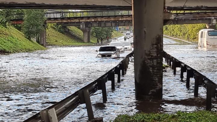Затоплены дороги, магазины, дома и автобусы. Екатеринбург накрыла непогода