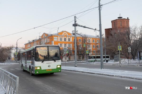 Пенсионеры старше 65+ в Тюмени второй месяц лишены возможности ездить на автобусах бесплатно