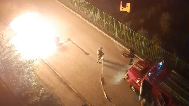 В «Матрешкином дворе» ночью полностью сгорела иномарка — видео, как машина превратилась в огненный шар