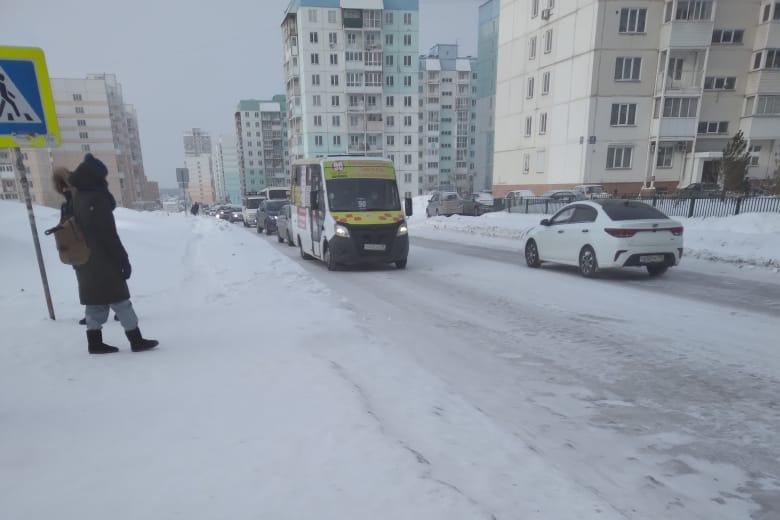 """Снежный вал на остановке&nbsp;«Детский сад <nobr class=""""_"""">№ 100</nobr>»"""