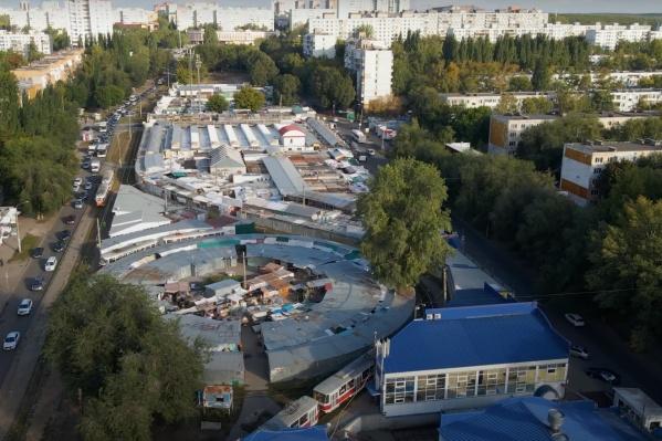 Рынок включает в себя несколько десятков ларьков и магазинов