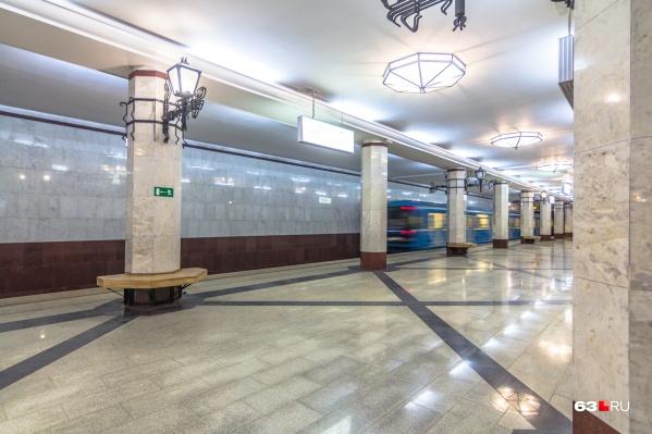 Сейчас поезда на станции курсируют челночным способом. А из 4 выходов в город для пассажиров работают только два