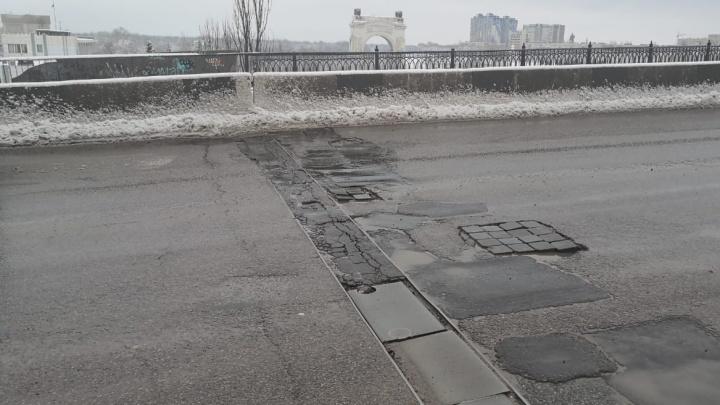 Расползающиеся швы на мосту в Красноармейском районе Волгограда залатали тротуарной плиткой