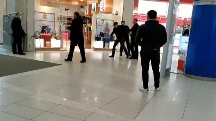 «Украл товар на пять тысяч»: полное видео драки с покупателем в торговом центре Волжского