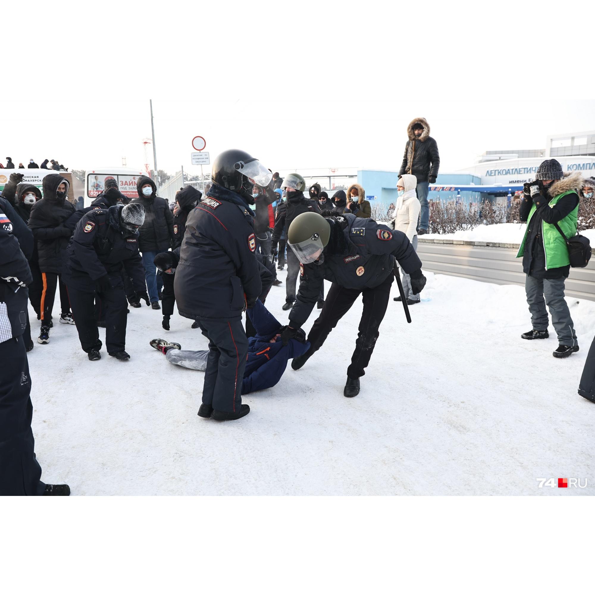 Лежа на снегу в окружении силовиков, один из задержанных умолял: «Отпустите, ну, пожалуйста, ребят». Но и его отправили в автозак