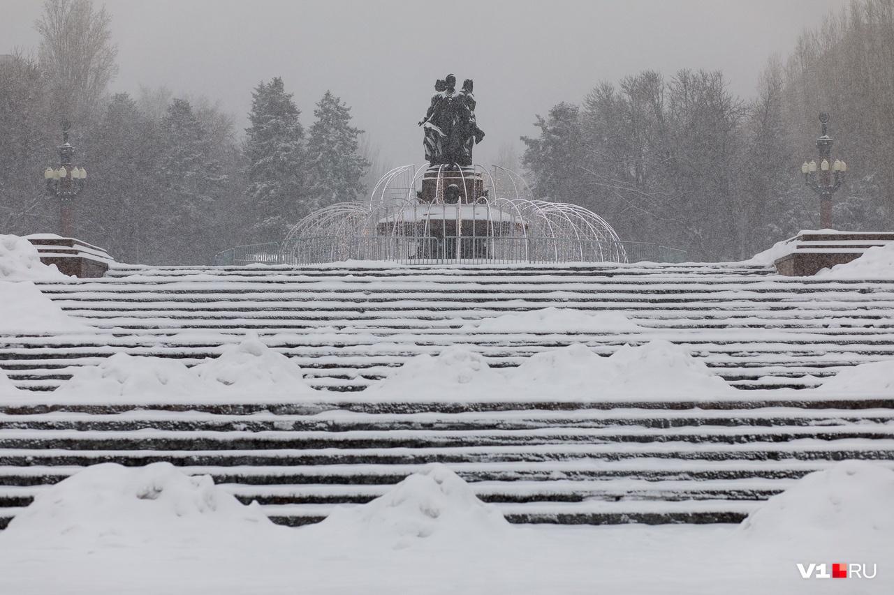 Снег пытались убирать, но природа тут же подкидывала все новые и новые порции
