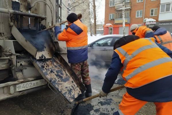 Ямы залатают на улице Революционной, чтобы выбоины не мешали дорожному движению