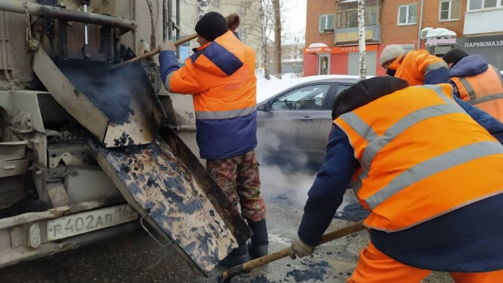 «Продуваем и чистим»: дорожники показали, как заделывают ямы на улицах города