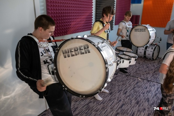 Раньше шоу юных барабанщиков Jumbo Kids занималось в образовательном центре «Чудо-Чадо». Сейчас они отделились и пытаются вернуть барабаны