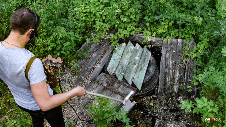 Андрей Букин измеряет уровень бета-излучения в районе питьевого ключа. Уровень невысокий, но есть — 15 распадов в минуту на сантиметр квадратный