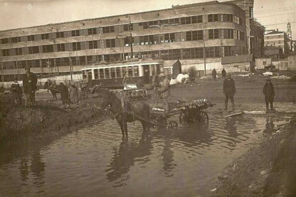 Так выглядел перекресток проспекта Ленина и улицы Тургенева в 1930 году