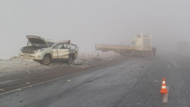 Под Самарой прицеп грузовика занесло на Land Cruiser Prado и Volkswagen
