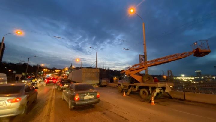 Появилось видео, как двое рабочих вылетели из автокрана после ДТП в Ростове (18+)