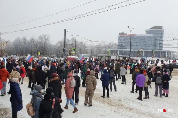 Народ собирается на площади