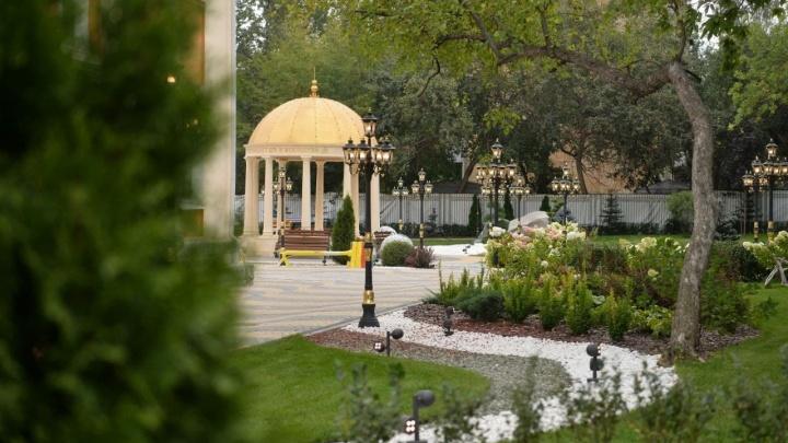 Золотые фонари, рояль и площадка для гольфа: гуляем по двору школы Симановского на Вторчермете