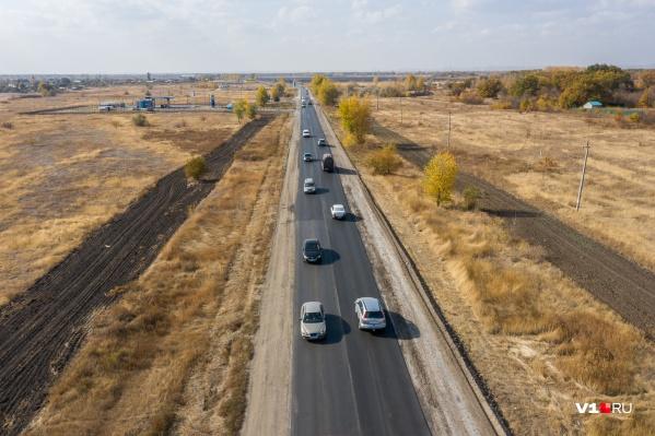 По дороге, связывающей поселки Среднеахтубинского района, в день проезжает до 3500 машин