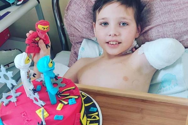 За несколько дней до Нового года ребенок попал в больницу с травматической ампутацией руки и обеих ног