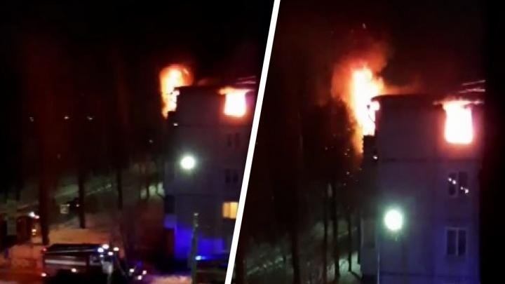 «Жильцов эвакуировали»: в Ярославле полыхает квартира в пятиэтажке. Видео