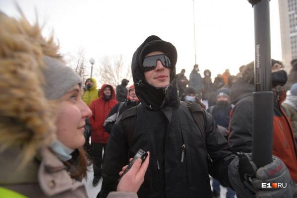 На самой акции Тима Радя поговорил с журналистом E1.RU, но представился Кириллом