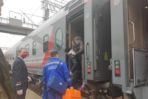 Бригаду медиков экстренно направили встречать поезд на станцию Сарепта