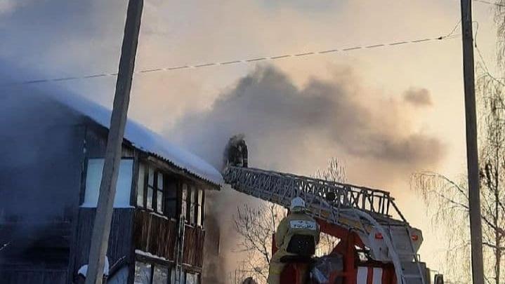 В Югорске из-за пожара в «деревяшке» погибли два человека и три пострадали