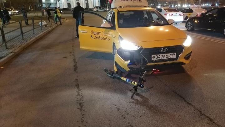 Возле ж/д вокзала таксист сбил парня на электросамокате
