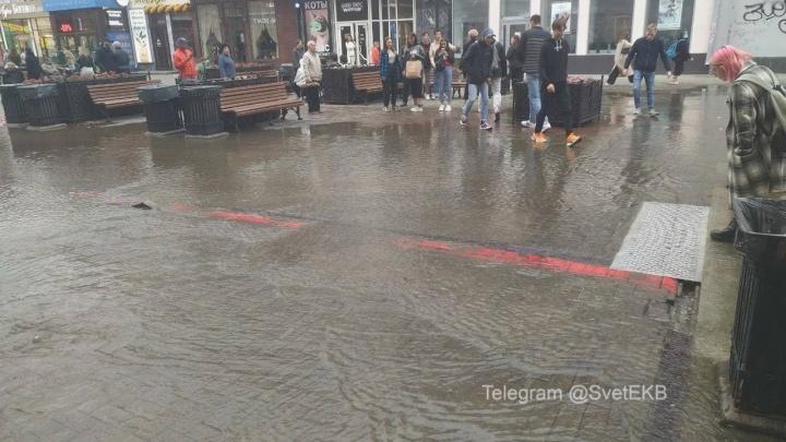 Прохожие прыгают через лужу: в Екатеринбурге затопило главную пешеходную улицу