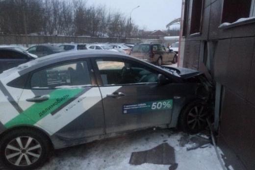 Автомобиль получил серьезные повреждения. У здания в месте удара осыпался фасад