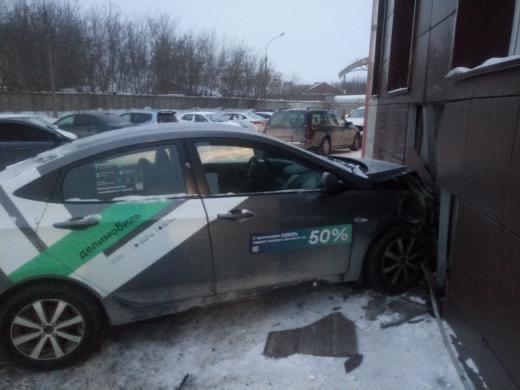 Машина каршеринга врезалась в здание магазина на Покатной