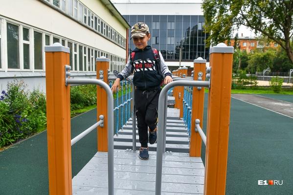 Детская площадка находится во внутреннем дворе школы № 94