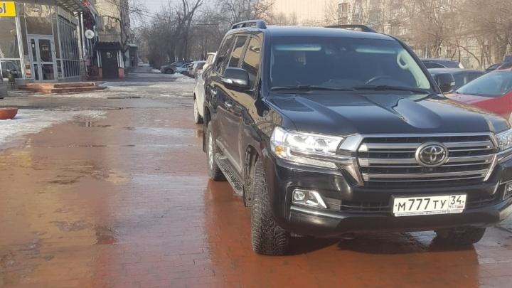 Наверное, это зависимость: автохамы Волгограда нарушают ПДД даже на полупустых парковках