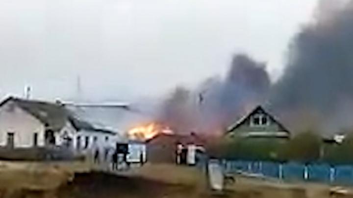 В одной из деревень Башкирии горят дома. Видео