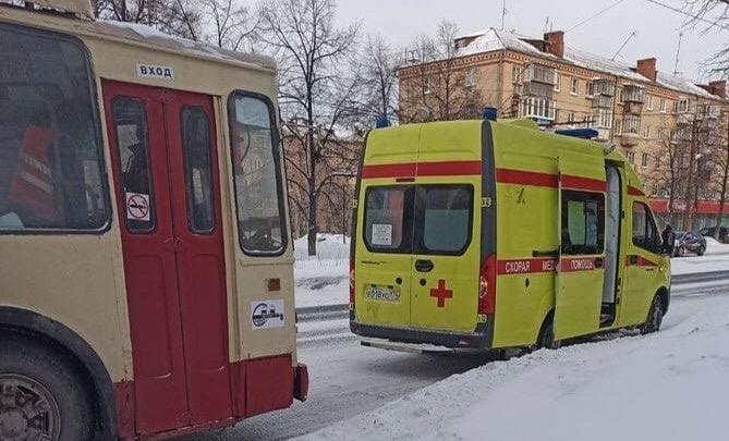Пожилая челябинка умерла в троллейбусе в утренний час пик