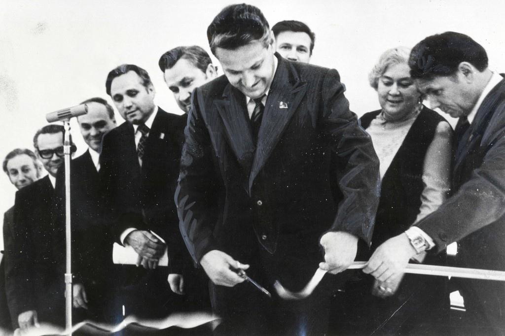 Первый секретарь Свердловского обкома КПСС Борис Ельцин перерезает ленту на открытии ТЮЗа