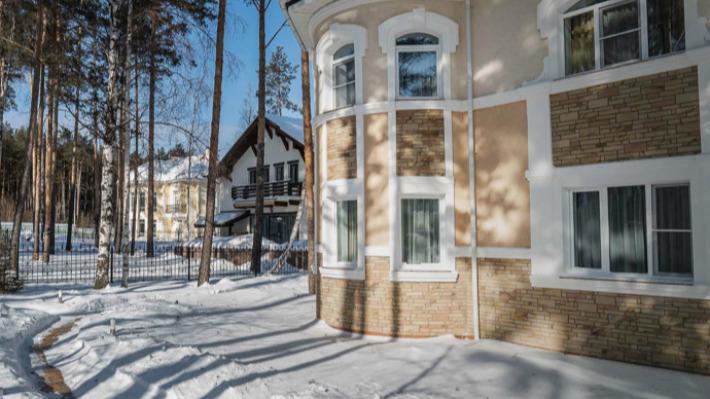 В Екатеринбурге продают коттедж с деревьями и замком внутри дома. На него ненакопить иза40лет