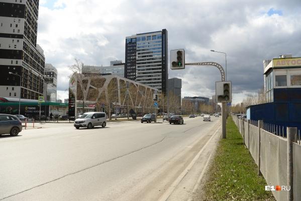 Участок Ткачей, где предложили построить пешеходный мост. Сегодня там есть светофор, но нет пешеходного перехода