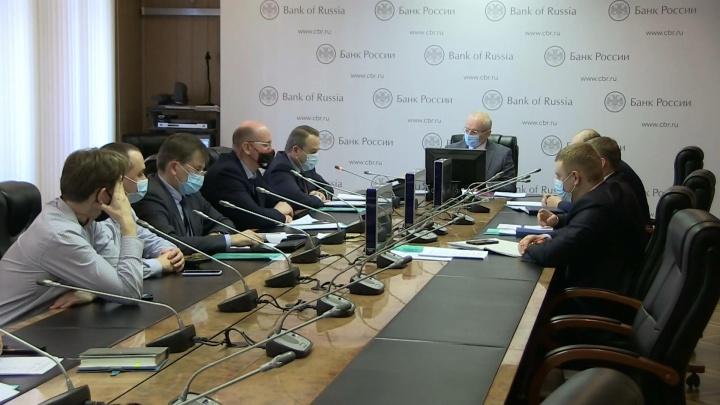 В Екатеринбурге сотрудники полиции и банков обсудили, как помешать мошенникам красть деньги с карт горожан