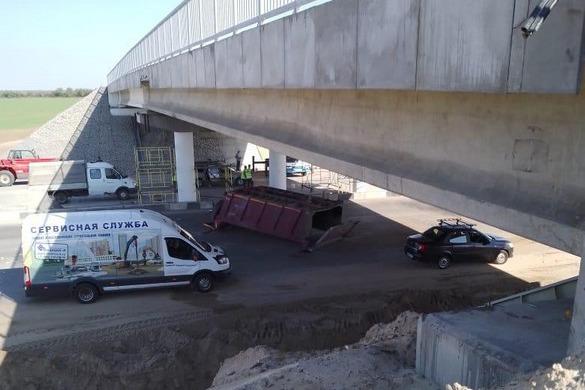 Забыл опустить кузов: под Волгоградом КАМАЗ протаранил мост. Есть пострадавшие